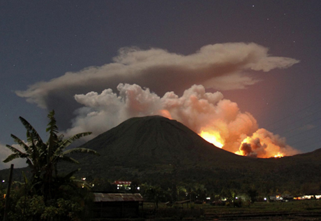 Индонезия: извержение вулкана Локон