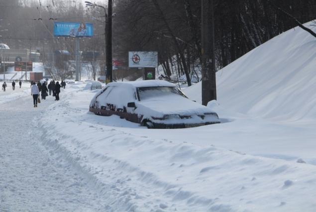 Мартовский снегопад в Киеве - машины выберутся из снежного плена не скоро