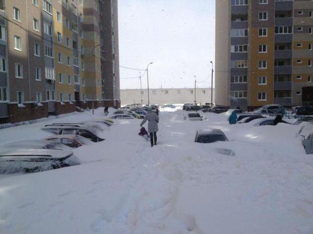 Киев, снегопад март 2013. В некоторых районах автомобили завалило выше крыш