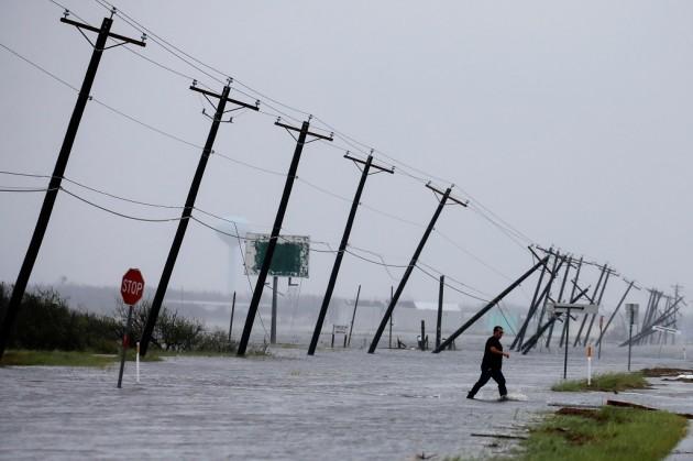 Ураган «Харви», перешедший в субботу в тропический шторм, унес жизни уже пяти человек