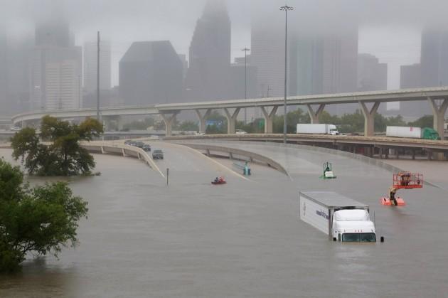 в штате Техас перекрыто более 250 шоссе и дорог местного значения