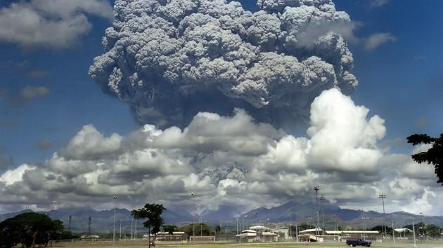 Облако пепла над вулканом Пинатубо через три дня после извержения, Филиппины, 1991 год.